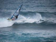 Facendo windsurf alla spiaggia Maui di Hookipa Immagini Stock
