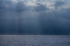Facendo windsurf nel mare prima di una tempesta potente Fotografia Stock