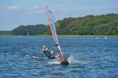 Facendo windsurf sul lago Nieslysz, la Polonia fotografie stock libere da diritti