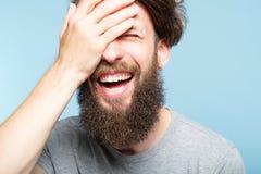 Facepalm愉快的微笑的快乐的人盖子面孔羞辱 免版税库存照片