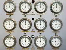 Faces do relógio retros no painel de controle do trem Fotos de Stock