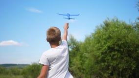Facetów chwyty w ręka samolotu równinie, symulują lot zbiory wideo
