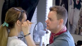 Facetów squeals robią makeup dziewczyna zbiory