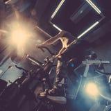 Facet angażuje w rowerowym symulancie w gym obraz tonujący obrazy stock