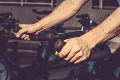 Facet angażuje w rowerowym symulancie w gym obraz tonujący zdjęcia royalty free