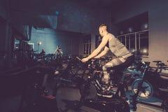 Facet angażuje w rowerowym symulancie w gym obraz tonujący obraz royalty free