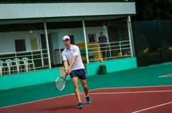 Facet bawić się tenisa Zdjęcia Royalty Free
