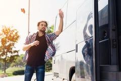 Facet biega po autobusu który opuszcza Brakował autobus łapać up z on próby i Obrazy Royalty Free