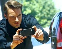 Facet bierze fotografię z telefonem komórkowym Obrazy Stock