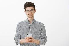 Facet bierze notatki podczas gdy słuchający audiobook Portret życzliwy atrakcyjny caucasian mężczyzna z wąsem i brodą Fotografia Stock