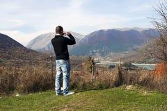 Facet blisko Barrea jeziora, park narodowy Abruzzo, Włochy obrazy stock