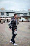 Facet chodzi w dół ulicę zdjęcia stock