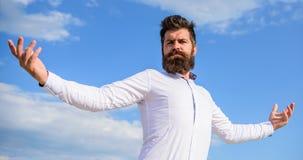 Facet cieszy się odgórnego osiągnięcie Mężczyzna brodaty modniś formalny odziewa odczucia dumnych on nieba tło Jaźni dumny uczuci zdjęcia royalty free
