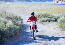 Facet cieszy się letnich dni na jego motocyklu Obraz Royalty Free