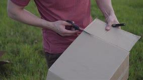 Facet ciie karton z no?ycami proces gromadzi? domowej roboty rakiet? z bliska zdjęcie wideo
