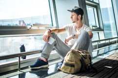 Facet czeka jego samolot Obrazy Stock
