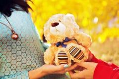 Facet daje dziewczyna niedźwiedzia na walentynka dniu Zdjęcia Stock