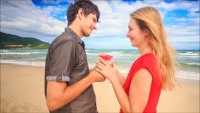 Facet Daje prezentowi Blond dziewczyna w Czerwonym buziaka uściśnięciu na plaży zbiory