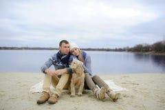 Facet, dziewczyna i pies, zdjęcie royalty free