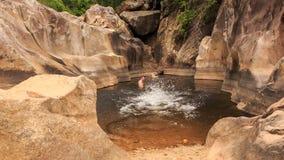 facet dziewczyny pływanie inny facet łączy w jeziorze tworzącym halnym strumieniem zbiory wideo