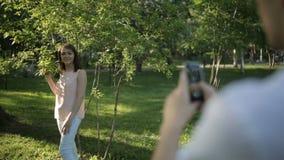 Facet fotografująca dziewczyna na telefonie zbiory wideo