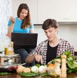 Facet i ładny dziewczyny kucharstwo zdjęcie royalty free