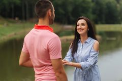 Facet i dziewczyna cieszymy się each inny w romantycznej atmosferze obrazy royalty free