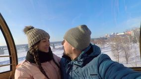 Facet i dziewczyna siedzimy w Ferris kole i całujemy each inny zdjęcie wideo