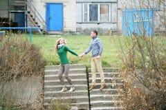 Facet i dziewczyna spacer w jesień parku zdjęcie royalty free
