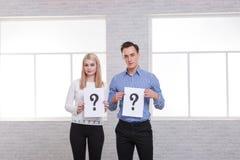 Facet i dziewczyna trzymamy liść z znakiem zapytania zdjęcie stock