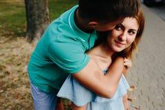 Facet i dziewczyna w parku Fotografia Royalty Free