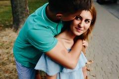Facet i dziewczyna w parku Fotografia Stock