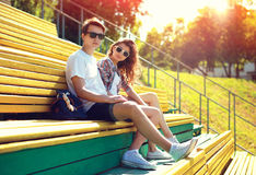 Facet i dziewczyna w parku, mod potomstwa dobieramy się nastolatków obrazy royalty free