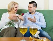 Facet i starszej osoby kobieta pije wino i ono uśmiecha się fotografia royalty free