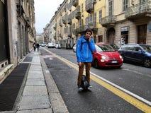 Facet jazda na elektrycznym monowheel hoverboard zdjęcie stock