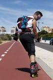 Facet jeździć na łyżwach backwards na wakacje Fotografia Royalty Free