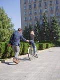 Facet jedzie jego dziewczyny na rowerze obraz royalty free
