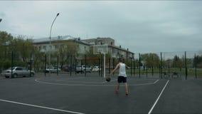 Facet jest na boisko do koszykówki z piłką zbiory wideo