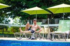 Facet jest odpoczynkowy na słońca lounger Zdjęcie Stock