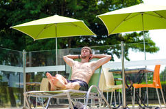 Facet jest odpoczynkowy na słońca lounger fotografia royalty free