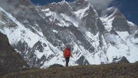 Facet jest podróżny w Himalajskich górach zdjęcie wideo