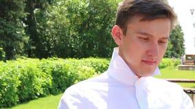 Facet jest ubranym czerwonego łęku krawat zbiory wideo