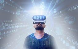 Facet jest ubranym VR rzeczywistości wirtualnej szkła - 2021 Zdjęcia Royalty Free