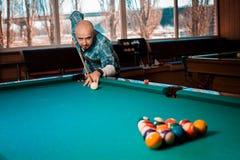 Facet koncentruje na łamanie ostrosłupie piłki w stołowym angl fotografia stock