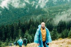 Facet, ludzie, podróżnicy chodzi, bada teren deszczowowie fotografia stock