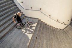 Facet na ulicie z jego bmx rowerem obraz royalty free