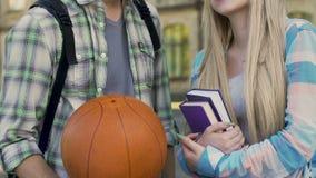 Facet opowiada dziewczyna z książkami z koszykówki piłką, popularny facet i głupek, flirt zbiory