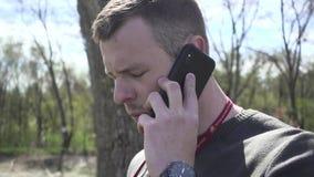 Facet opowiada na telefonie zbiory