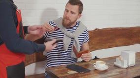 Facet płaci z kartą w kawiarni zbiory wideo