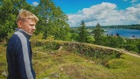 Facet patrzeje błękitnego jezioro obrazy royalty free
